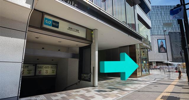 地上出口(B2)を出たら、左に曲がります。<
