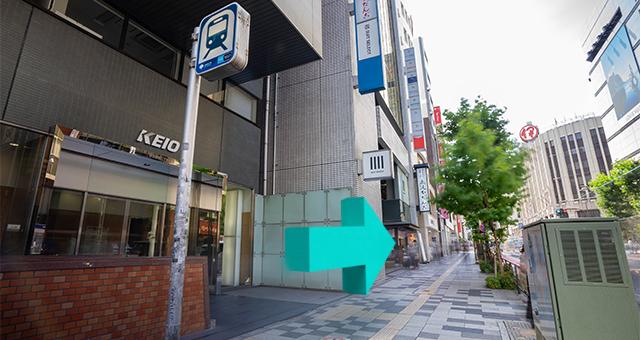 地上出口(C1)を出たら、新宿通りに向かって進みます。