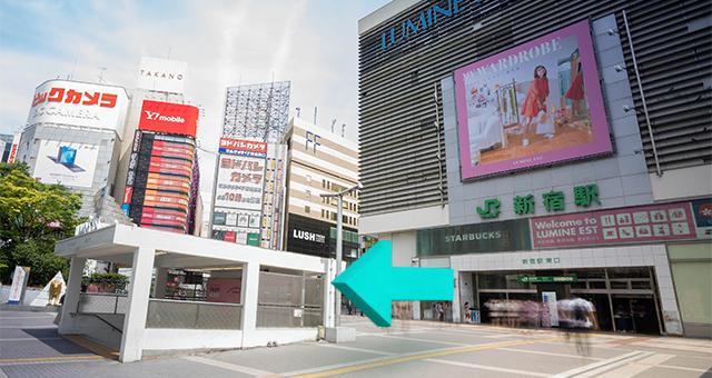 東口を出たら、新宿通り方向に向かいます。