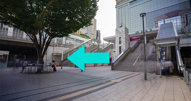 階段を降りたら、右手高架下に進みます。